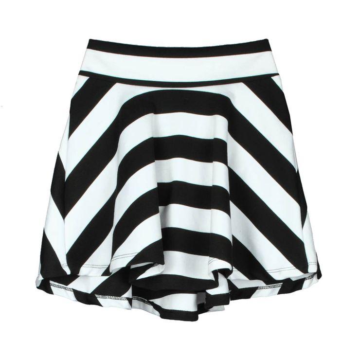 Mini falda de mujer rayada blanco y negro.