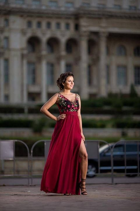 For a fabulous appereance all you need is an elegant dress and a confident smile. Discover the gorgeous Maysa claret dress in our online shop!