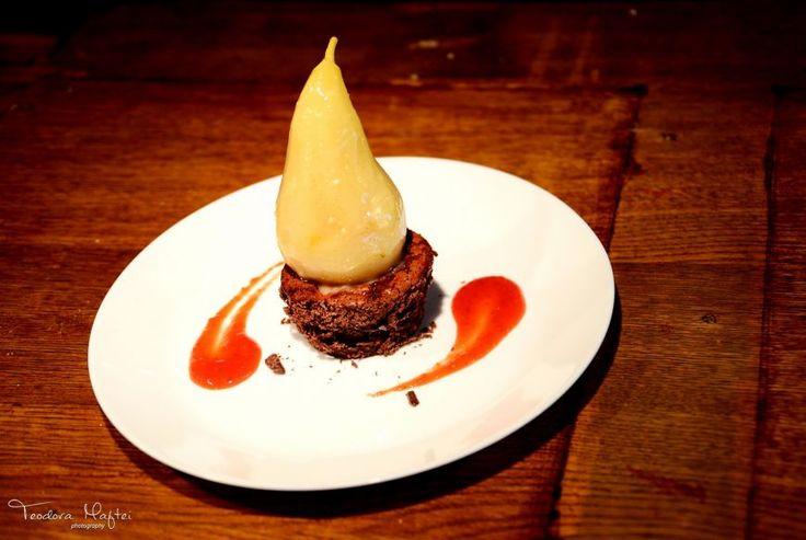 Para vanilata cu briosa de ciocolata si sos de fructe de padure si mango