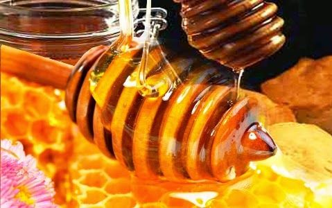 Cara Mudah Merawat Wajah Dengan Madu Dan Minyak Zaitun – Seperti yang sudah kita tahu, madu memang memiliki banyak sekali manfaat untuk kecantikan wajah dan bibir. Madu mampu merawat dan membuat kulit tampak lebih lembab dan terhindar dari kulit kering.