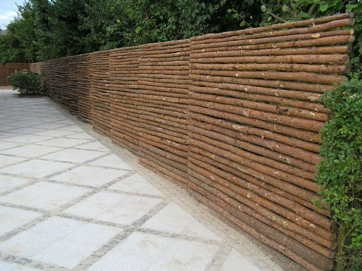 Hegn lavet af ikke forarbejdede naturmaterialer har mange fordele ...
