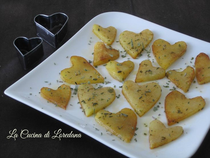 Piccoli e deliziosi Cuori di patate al forno, semplici da preparare ed ideali per uno sfizioso contorno per la festa più romantica dell'anno