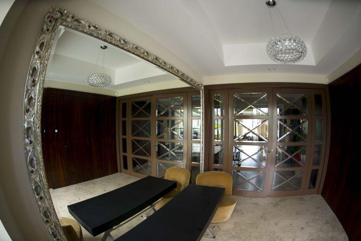 Srebrna rama do lustra o niebotycznych rozmiarach zdobi ogromny przedpokój. Bogate, ażurowe ornamenty stanowią intensywny akcent we wnętrzu.