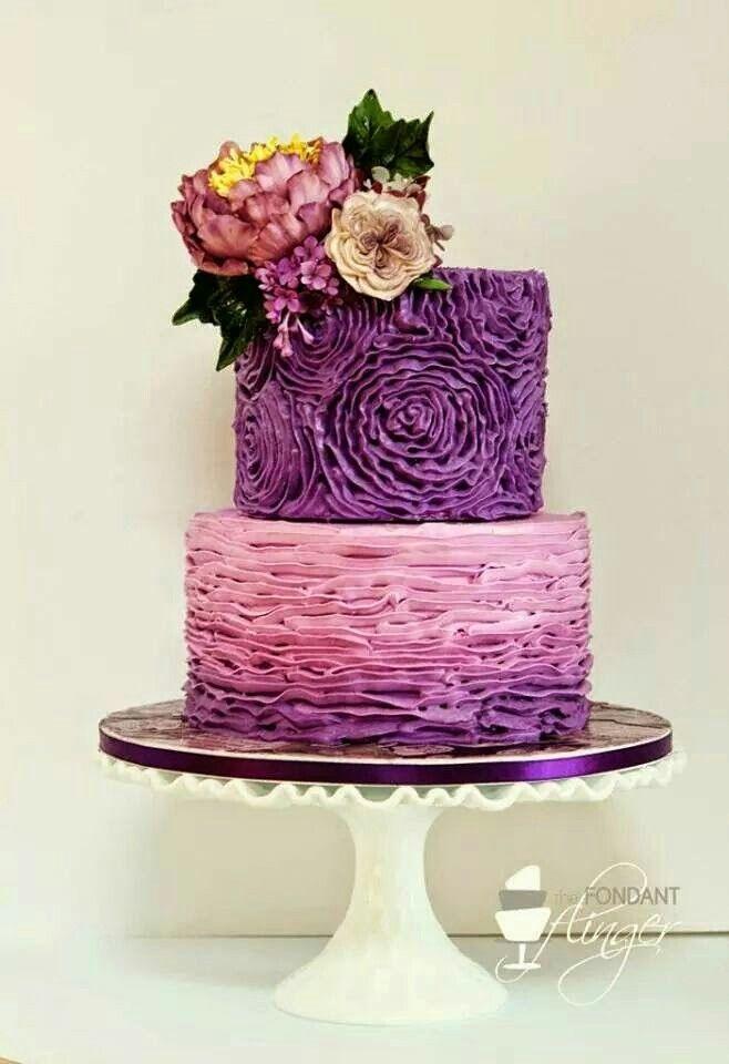 Bolo com flores e babados roxos