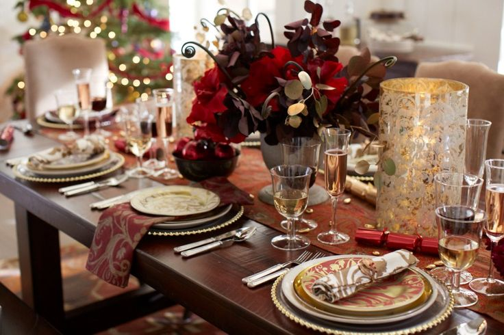 Christmas dinner ready — with hurricanes & bold blooms.