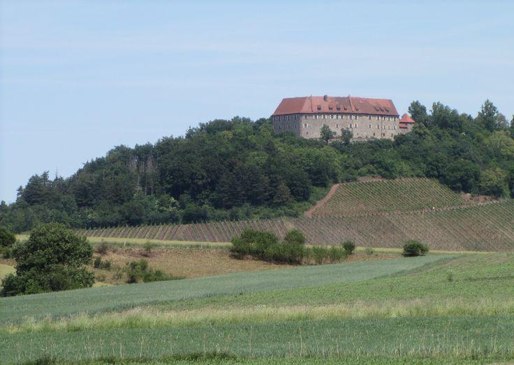 Die Burg Hoheneck liegt am Aufstieg der Frankenhöhe über dem Aischtal. Seit 1132 liegt sie oberhalb von Ipsheim bei Bad Windsheim und Neustadt/Aisch, an der Bocksbeutelstraße.