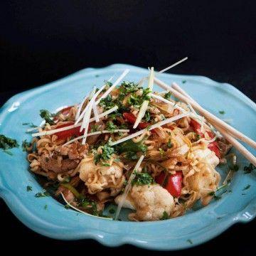 Thailändsk fläskfiléwok med äggnudlar - Recept - Tasteline.com