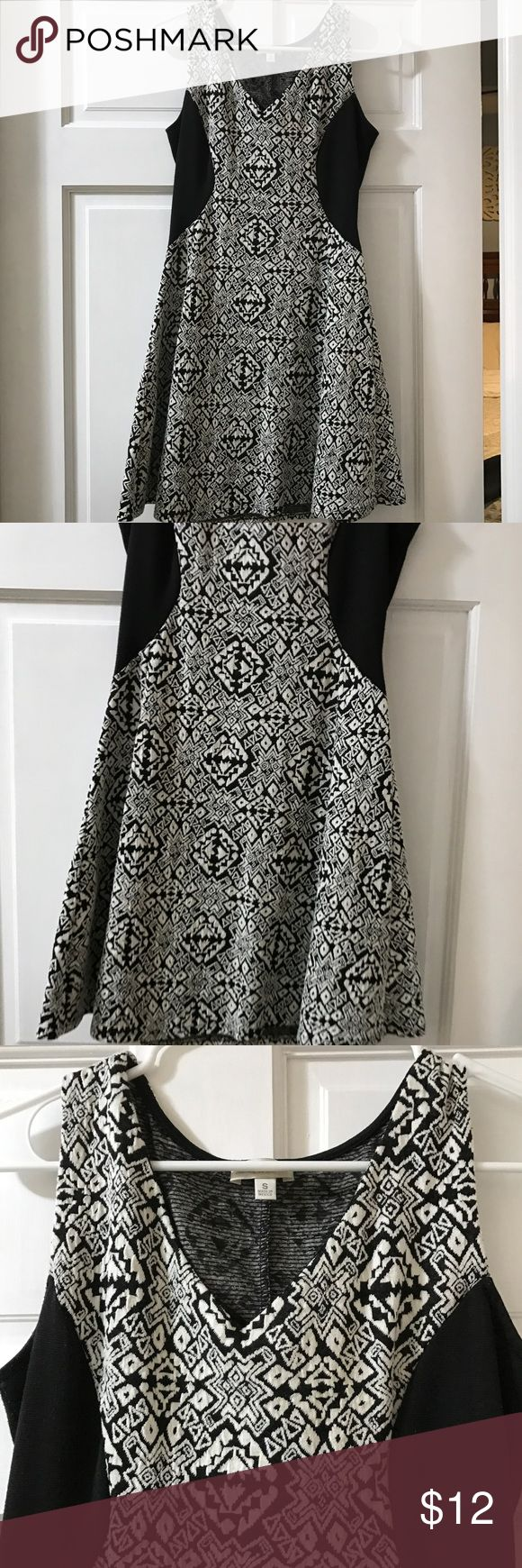 Women's Black and White short, v-neck dress Black and White Charming Charlie's dress. V-neck in the front. Knitted and stretchy texture. Gently worn, great condition and very comfortable. Charming Charlie Dresses Mini