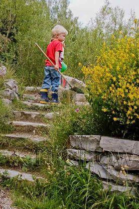 Die Umgestaltung von Kindergärten und Schulen in Natur-Erlebnisräume ist eines der Ziele des Naturgartenvereins (Foto Kerstin Lüchow, www.naturgartenvielfalt.de)