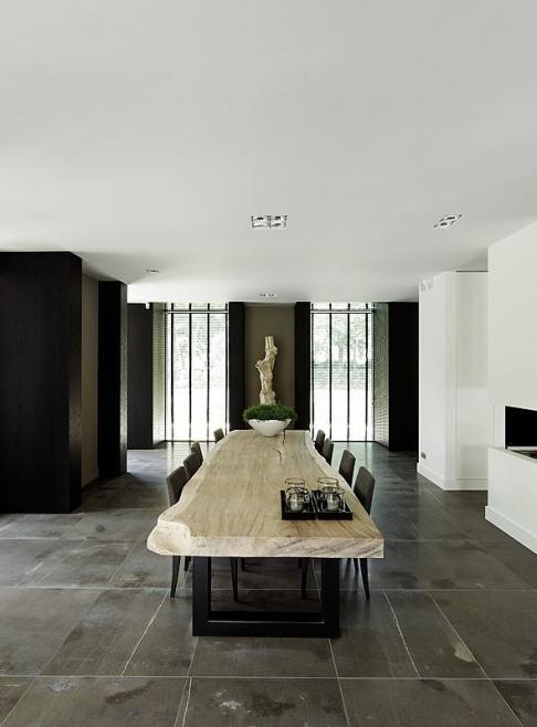 Natuurlijke elementen. Natuurstenen vloer, houten tafel..