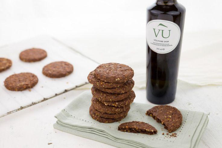 In una ciotola capiente setacciate la farina con il lievito e il cacao, unite lo zucchero e le nocciole tritate grossolanamente.