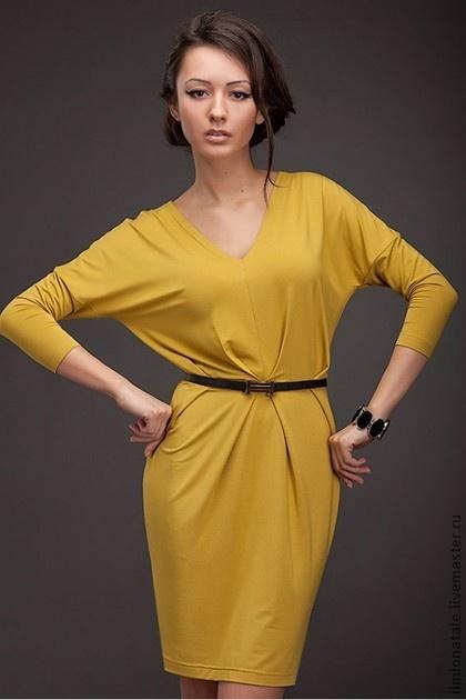 Модное трикотажное платье горчичного цвета. $74