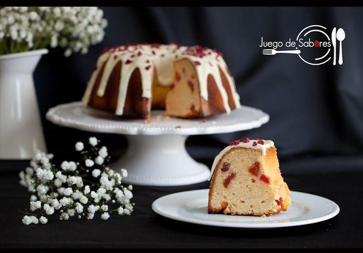 Bundt cake de fresas y chocolate blanco
