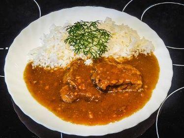 Hovězí plátky na špeku s rýží