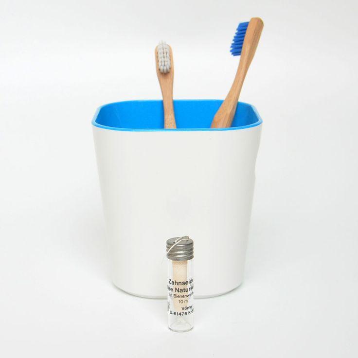 Nos encanta nuestro hilo dental libre de plástico en envase de vidrio, yofrecerte sólo el hilo para que puedas recargar tu envase, y no tengas que volver a comprarlo (y tirarlo),nos hace diez veces más felices.  2 recargas de seda natural recubierta de cera de abejas para limpiarte los dientes de forma más sostenible, sin plásticos, saborizantes sintéticos y con el mínimo de residuos.
