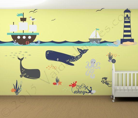 Entdecken Sie die Wunder der Welt mit diesem Wandtattoo Kinderzimmer. Diese nautische Wandtattoos verfügen über eine spielerische Meer Szene Theme mit lustigen bunten Unterwasserwelt für Ihre Babys Kinderzimmer. Vinyl Aufkleber sind eine schnelle Möglichkeit, verkleiden sich Ihr Kind