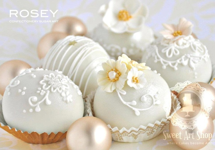 Now these are some very elegant Cake Pops. Who would want to eat them? Yum!