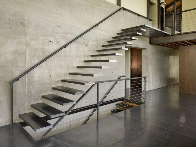 escalier suspendu en métal dans le loft industriel