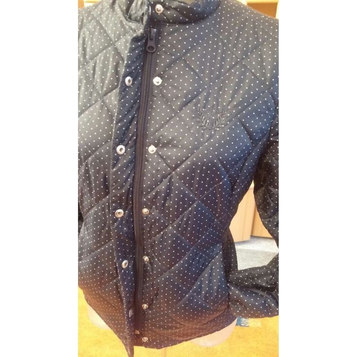 Damen Jacke Moderne Stepp Jacke Gr.S in Blau von Unit NW Es ist eine wunderschöne Moderne Warm wattierte Jacke von Unit Outwear Collection in Luxus - Qualität, hochwertige Verarbeitung, strapazierfähige Stepp Nähte in Rauten Form. Bequem und warm. Ideale Länge. Sieht schön aus. Sehr elegantes  Figurbetontes Modell. hat eine schmale figurbetonte Passform.Sie hat einen kleinen Stehkragen - Front Reißverschluss mit zusätzlicher Druckknopfleiste, 2 Vordertaschen ebenfalls mit Reißverschluss zu…