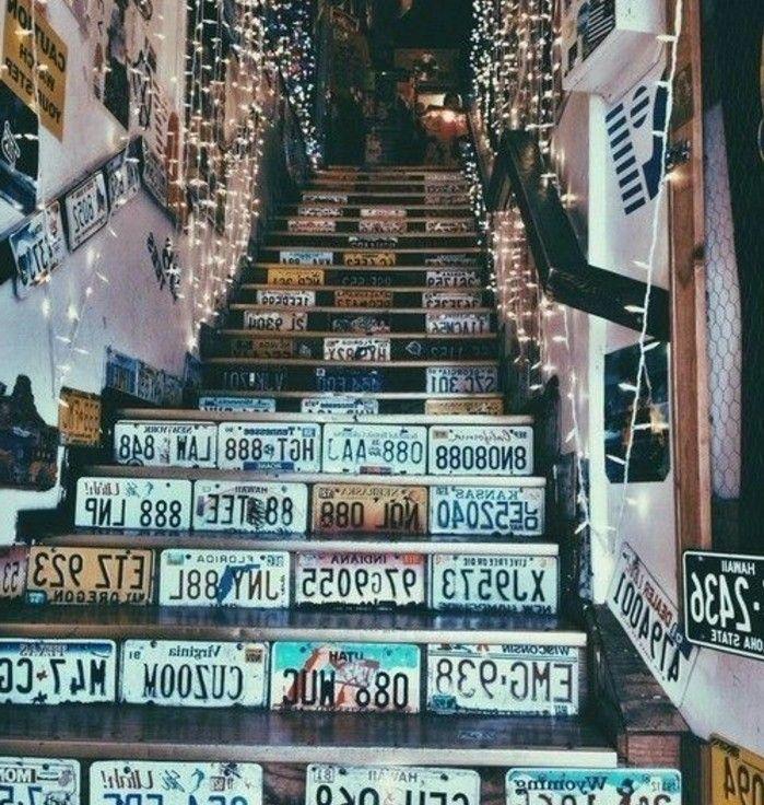 Idée déco escalier extraordinaire, des plaques d'immatriculation posées sur les contremarches