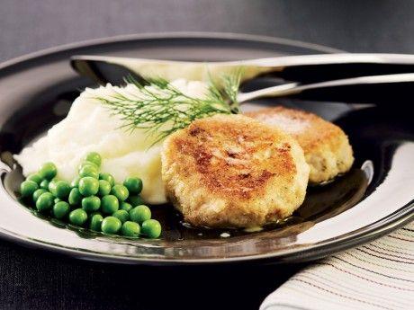 Recept på wallenbergare på fisk. Gör enkla fiskbiffar med dillsmak och servera med wallenbergarens klassiska tillbehör potatismos och gröna ärter. Skär potatisen i små bitar om du har bråttom!
