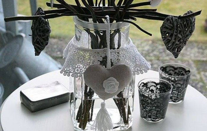 Een oude glazen voorraadpot, brocante kanten kraagje, hartjes en wilgentakken. Zet de kronkelige wilgentakken in de pot, hang paaseitjes aan de takken en versier de pot met een brocante kanten kraagje en hartjes. %0D%0AEen originele paasversiering!
