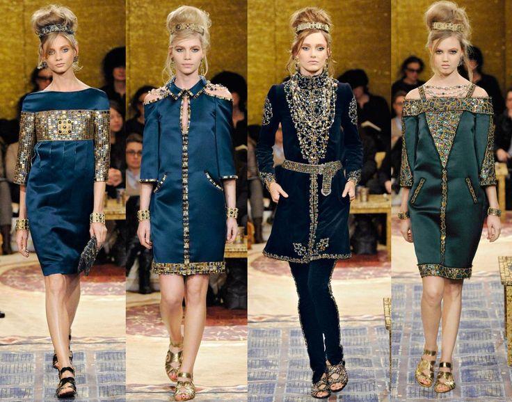 La colección se distingue por la riqueza ornamental, sandalias y peinados altos adornados por tiaras que disponen el toque sofisticado en un contexto saturado y ostentoso que evoca el bizancio. CHANEL.