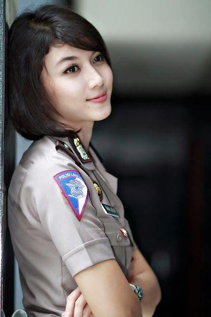 Wow... Memang sekarang ini banyak para Polwan di Indonesia maupun di negara lain terlihat Polwan - Polwan-nya super Cantik dan super hot untuk dipandang. Tapi sayang kalau di ejek pasti kita ditangkap...