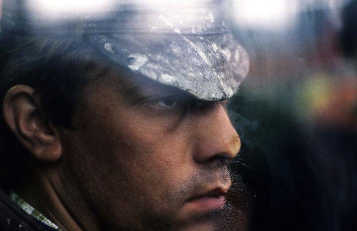 Chris Niedenthal | Strajk w stoczni im. Lenina w Gdańsku | Strajkujący stoczniowiec przyciska twarz do okna, wychodząc z bufetu | 1988