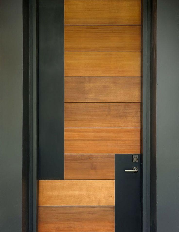 bonita puerta de entrada de madera