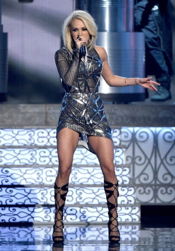 Carrie underwood makes pickups sexy in glamour