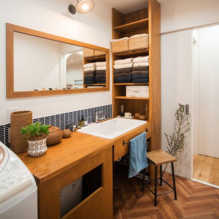 . タオルや洗剤など大容量の収納を備えた洗面所。 . 洗面ボウルは病院用のものを使用しています。 ニットを手洗いするのにも便利な大きさ。 . 手前に見える四角い穴は 脱いだ洋服や洗濯ものをいれる場所。 足元にあると邪魔になりがちですが 写真のようにすればスッキリしますね。 #洗面所#造作洗面台#棚#タオル収納#かご#タイル#ヘリンボーン#造作鏡#アンティーク#ヴィンテージ#観葉植物#洗濯機#自分らしい暮らし #デザイナーズ住宅 #注文住宅新築 #設計士と直接話せる #設計士とつくる家 #コラボハウス #インテリア #愛媛 #香川 #新築 #注文住宅