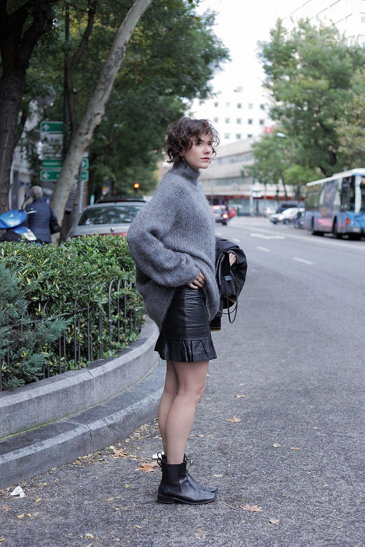 Con lana y mini falda http://stylelovely.com/checosa/2016/11/con-lana-y-minifalda