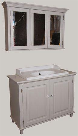 Kylpyhuoneen kalusteet: Juvin Verona-komuutti lavuaarikaappina ja 3-ovinen seinäkaappi peilikaappina. Lavuaari on Ikeasta.