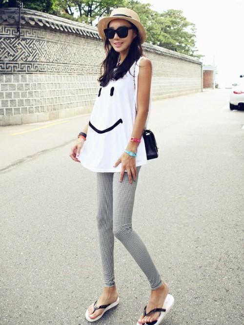 スマイルマークがかわいいシンプルコーデ♡ビーチサンダルコーデ♡スタイル・ファッションの参考に♪