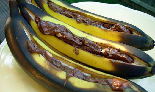 Bananas straight off the braai filled with chocolate and nuts
