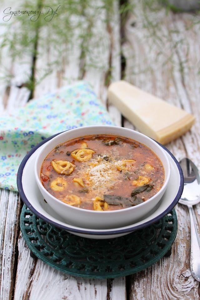 Zupa pomidorowa ze szpinakiem i tortellini
