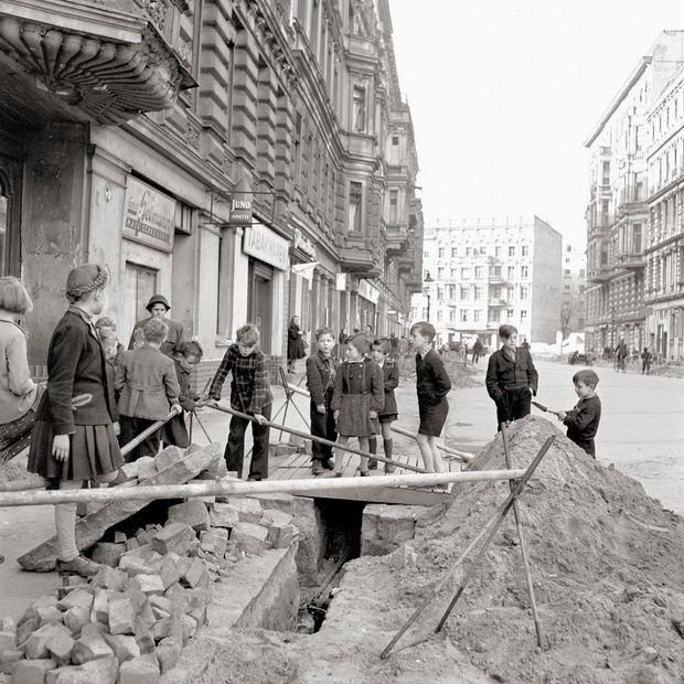 Um 1950 Schulkinder auf einer Baustelle in der Luebeckerstrassee