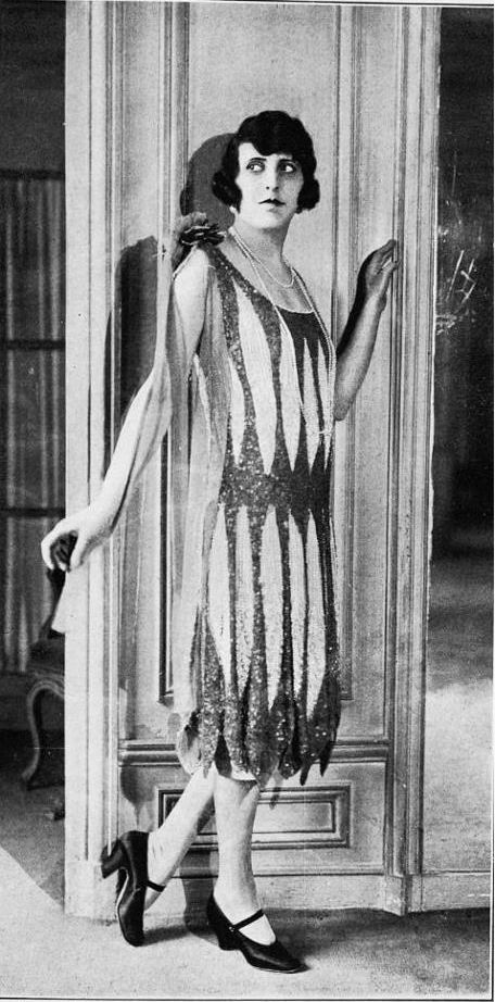 essays flappers 1920s The most familiar symbol of the roaring twenties is probably the flapper: a young woman with bobbed hair and short skirts who drank, smoked and said what might be termed unladylike things, in addition to being more sexually free than previous generations.