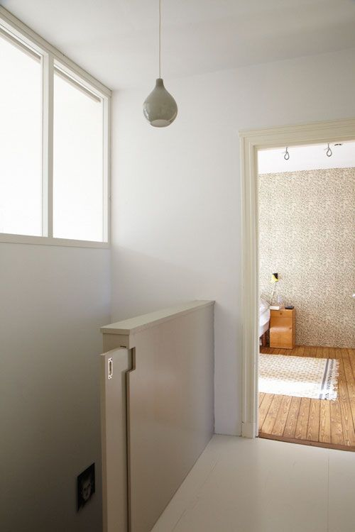 De appartementen op de beganegrond en eerste verdieping van dit typische Amsterdamse pand vormden samen één woning maar waren intern niet goed met elkaar verbonden. Ook op papier waren dit nog twee…