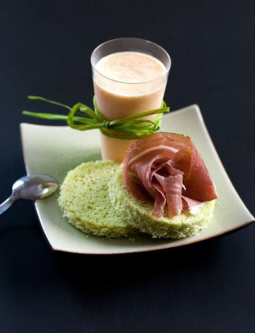 Bavarese salata di melone, prosciutto di Parma su pane al basilico