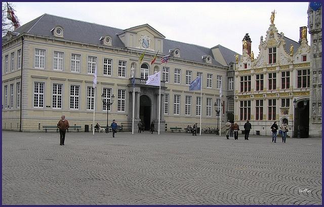 """El antiguo Palacio de Justicia (izquierda) y el Registro Civil (derecha) en Brujas, Bélgica.  En """"de Burg"""", una plaza del centro de Brujas, se encuentran varios edificios de estilo gótico y renacentista como la basílica de la Santa Sangre, el Ayuntam"""