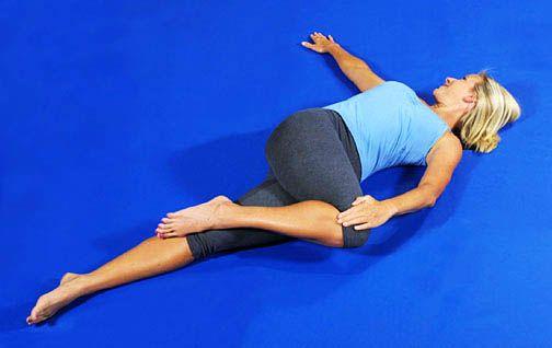Это одно из лучших упражнений для тех, кто страдает от радикулита. Задержитесь в нужном положении на 20 секунд. Затем повторите это с другим коленом. Сделайте столько повторов, сколько захотите сделать, но не переусердствуйте.