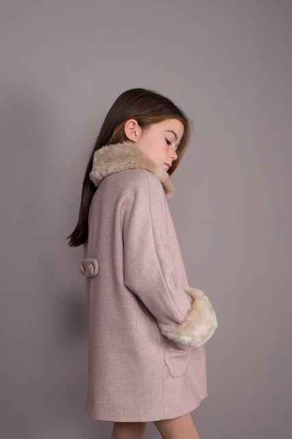 Abrigo rosado con cuello bebé.