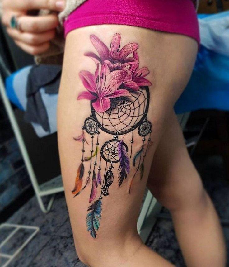 Grand tatouage fleur de lys avec un attrape,rêve sur la cuisse.