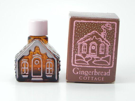 . SWEET.  Bouteilles de parfum Avon Vintage comme ça juste réchauffent mon cœur. Plus mignon petit pain dépice maison jamais. Parfum est Sweet