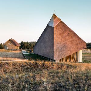 Archispektras+creates+holiday+home+with+a+sculptural+thatched+roof+on+the+Baltic+Sea