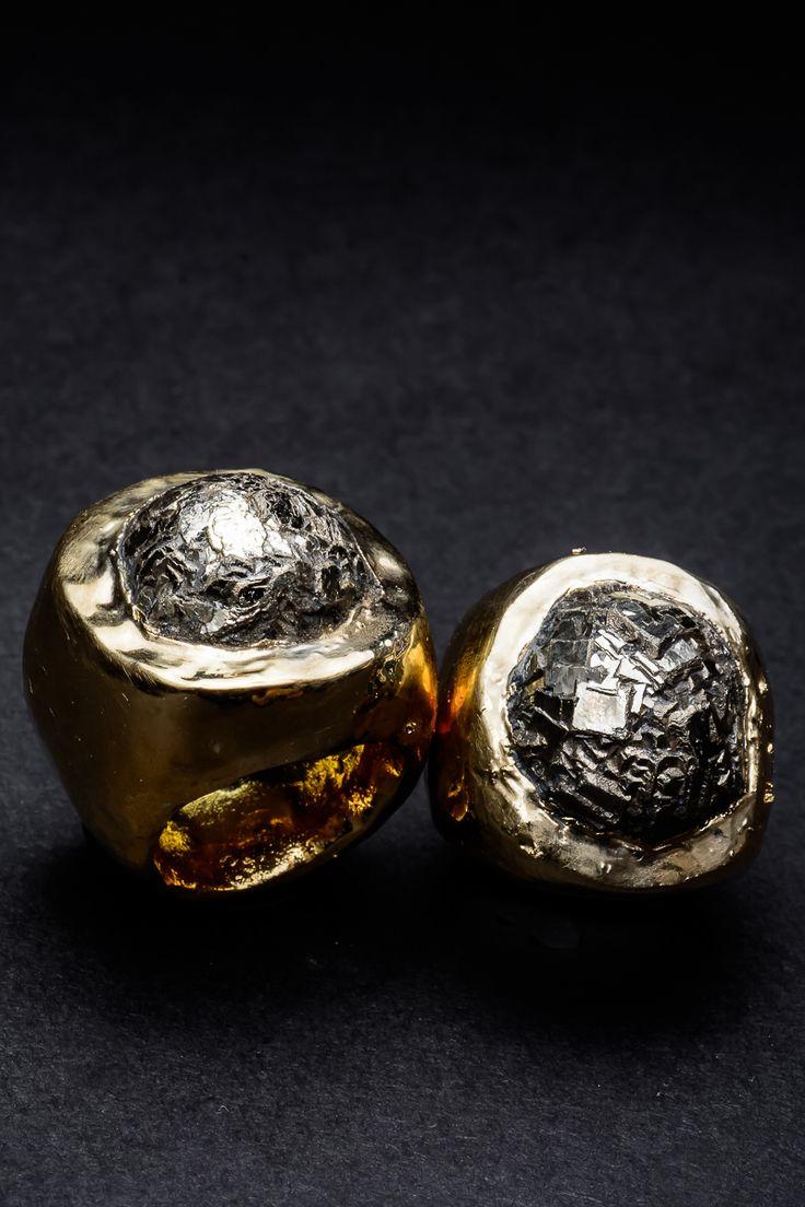 Romulo y Remo, anillo de pirita y cerámica bañada en oro