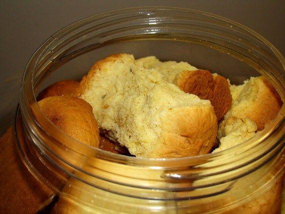 Soetmelk Beskuit: 2 kg bruismeel 250 g botter of margarien 2 t kremetart 2 t sout 3 k lou melk 1 & 1/2 k suiker 2 tot 3 eiers 3 e olie 1. Sny botter in klein stukkies en voeg dit by die lou melk. 2. Voeg …
