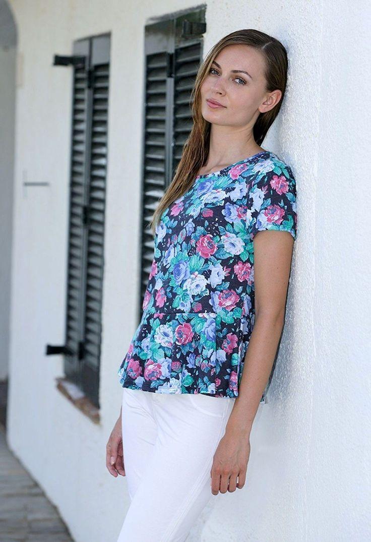 Camiseta clásica manga corta y cuello redondo con estampado floral. #lovemassana #flowers